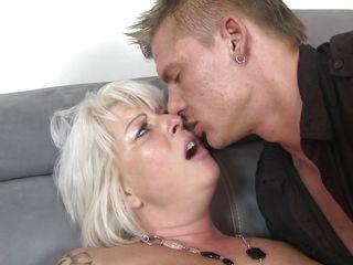 Порно зрелая дрочит мальчику