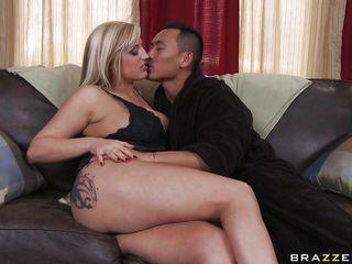 Порно звезда блондинка с большими сиськами