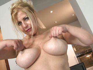 Камера снимает голая жена видео