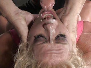 Блондинку трахают в анал