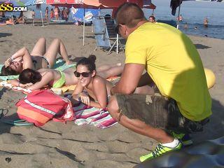 Нудистки на пляже фото