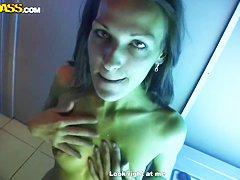 Стройная девушка с натуральной грудью порно видео