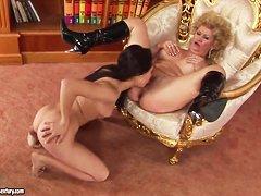 Порно онлайн молодые зрелые дамы