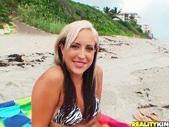 Нудисты занимаются сексом на пляже
