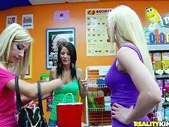 Смотреть видео лесбиянки со страпоном