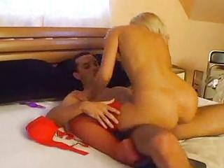 Порно блондинка в красном